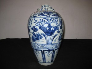 ANTIQUE CHINESE BLUE & WHITE...