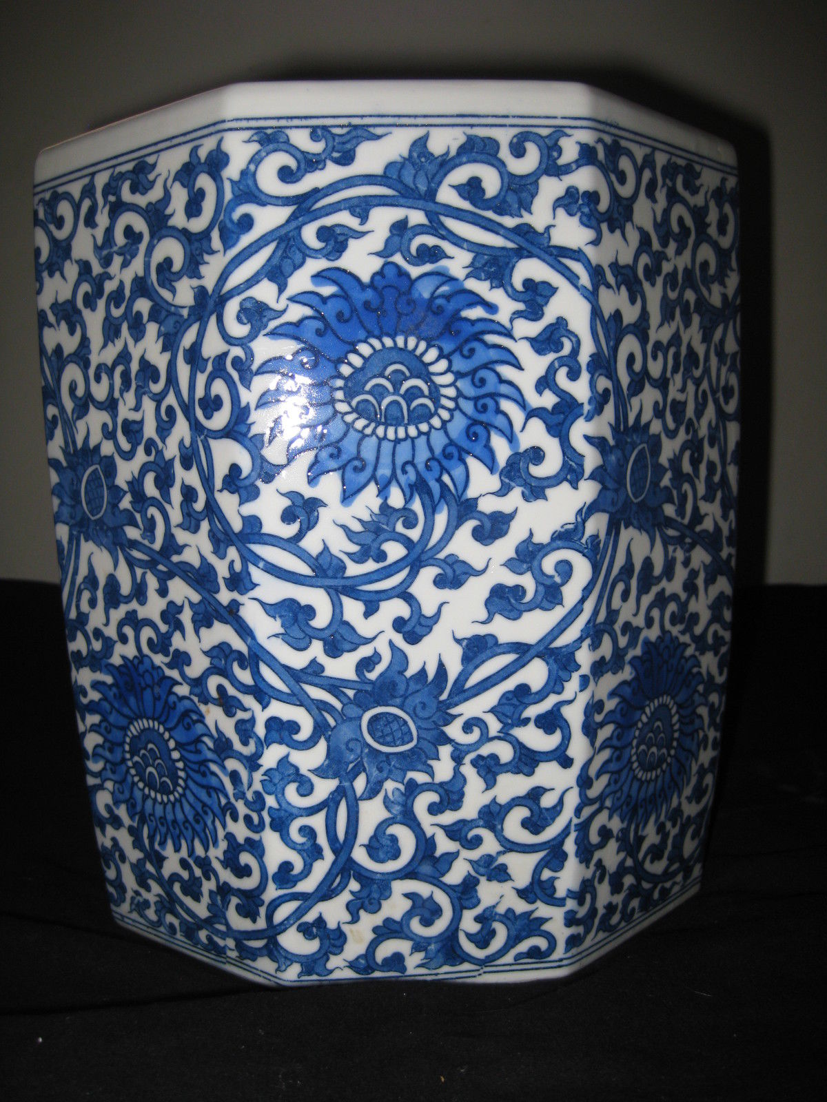 ANTIQUE CHINESE BRUSH POT PORCELAIN OCTAGON BLUE AND WHITE, 19TH CENTURY.