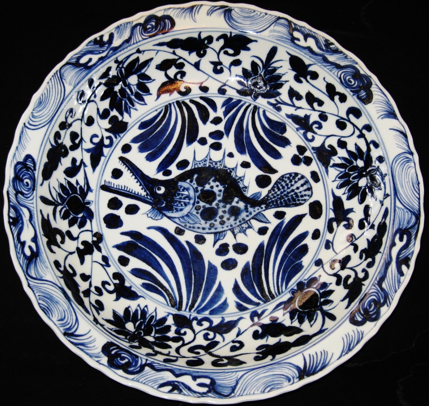 HUGE 44.5CM CHINESE PORCELAIN FISH B&W CHARGER PLATE,19TH C., XUANDE MARK.