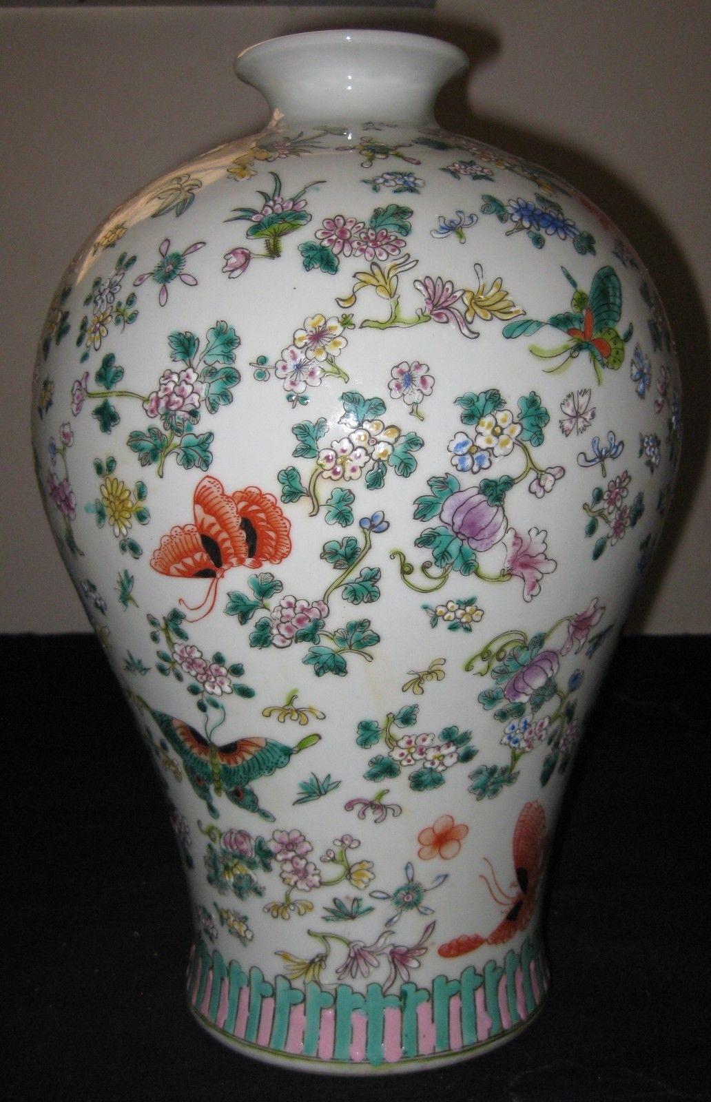 ANTIQUE CHINESE PORCELAIN BUTTERFLY FLOWER VASE,19TH C,QING DYNASTY,KANGXI MARK.