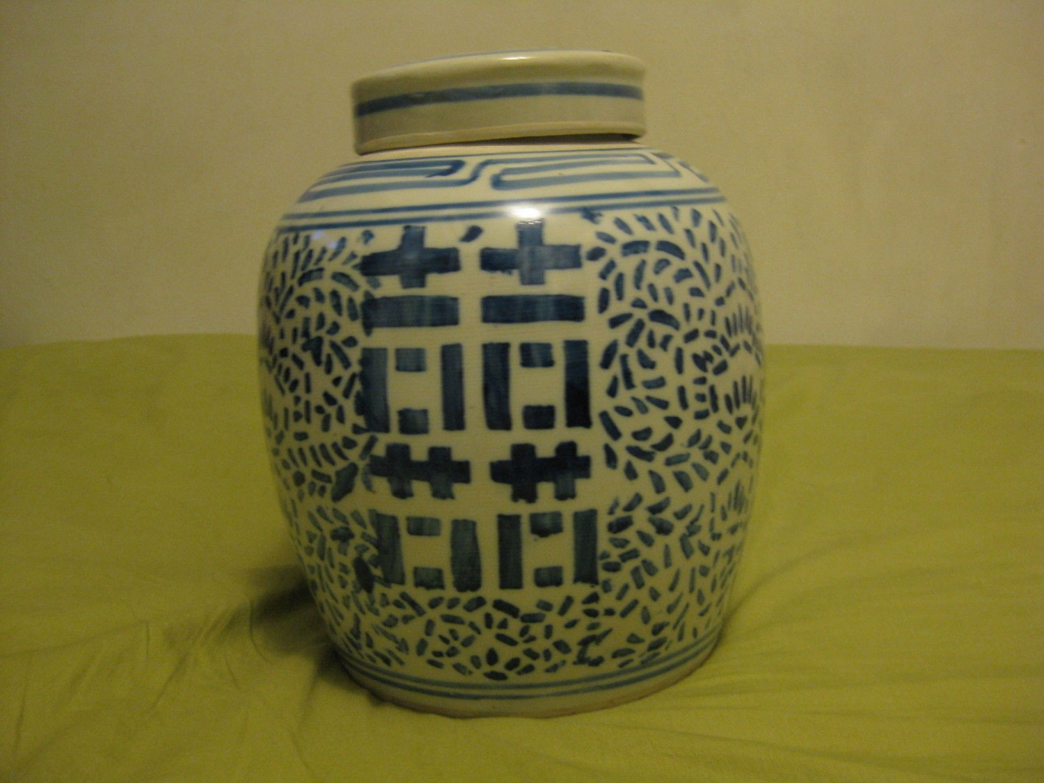 ANTIQUE CHINESE PORCELAIN JAR WITH COVER.