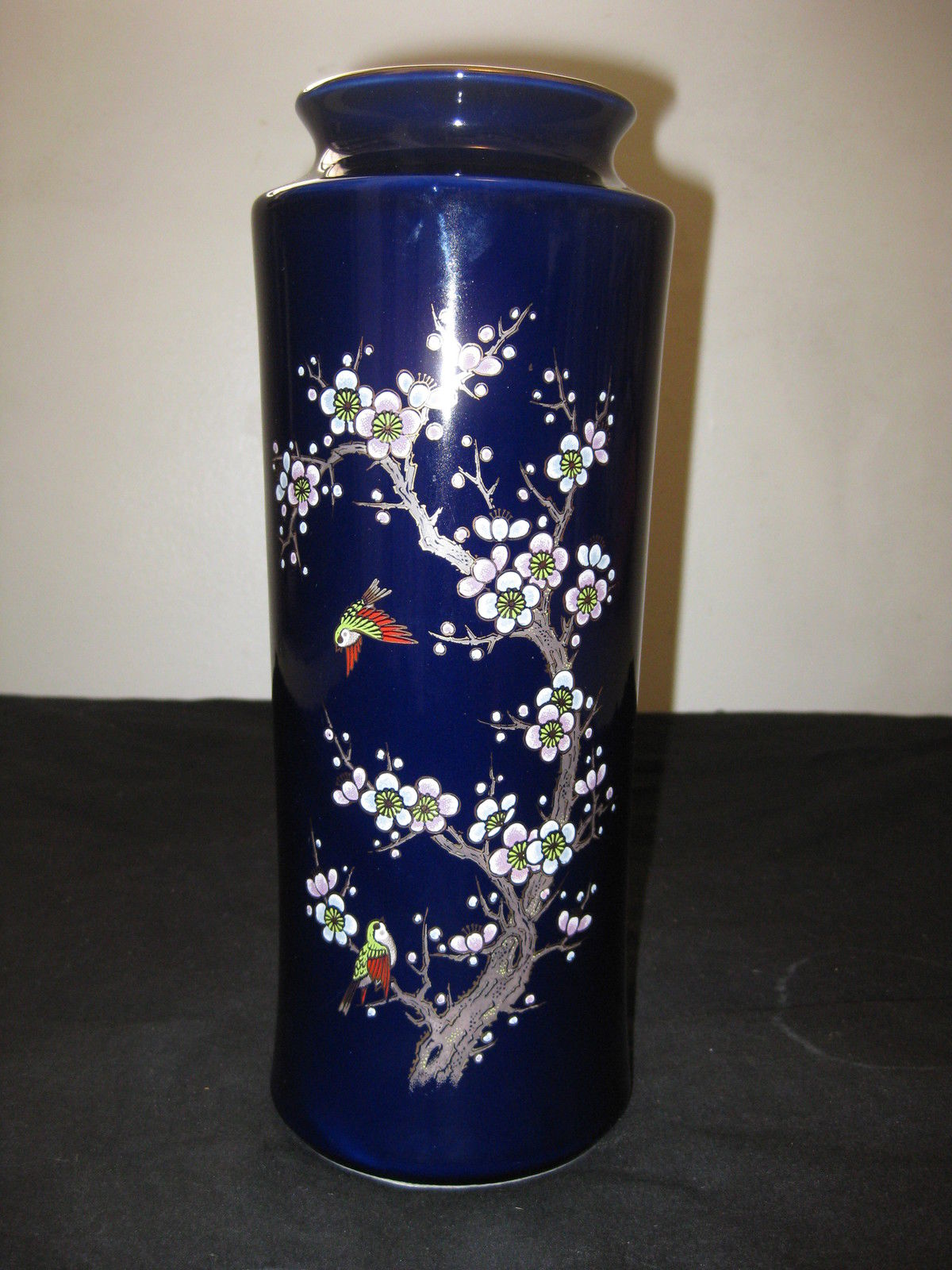 VINTAGE JAPANESE PORCELAIN VASE BLUE COLOR HAND PAINTED.